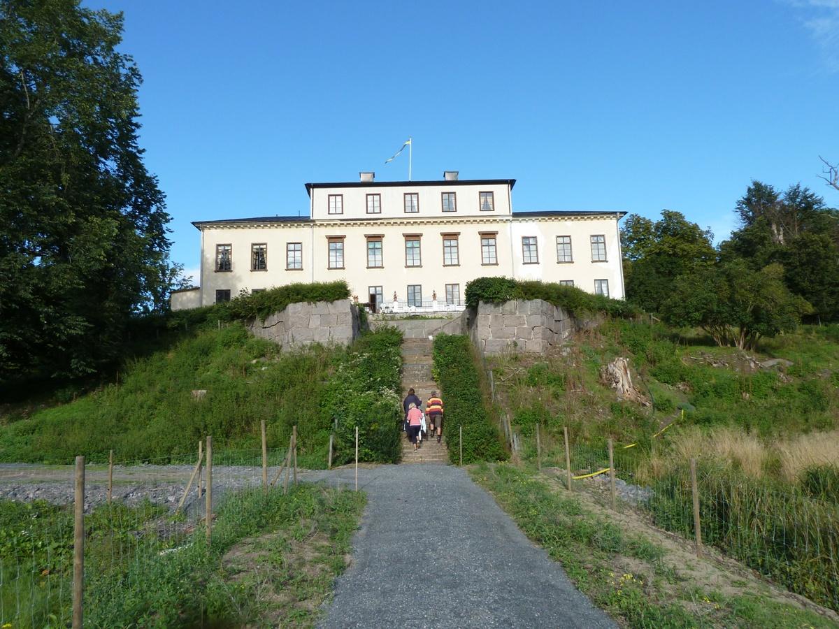 Slottet sett från sjöpaviljongen, på dagen