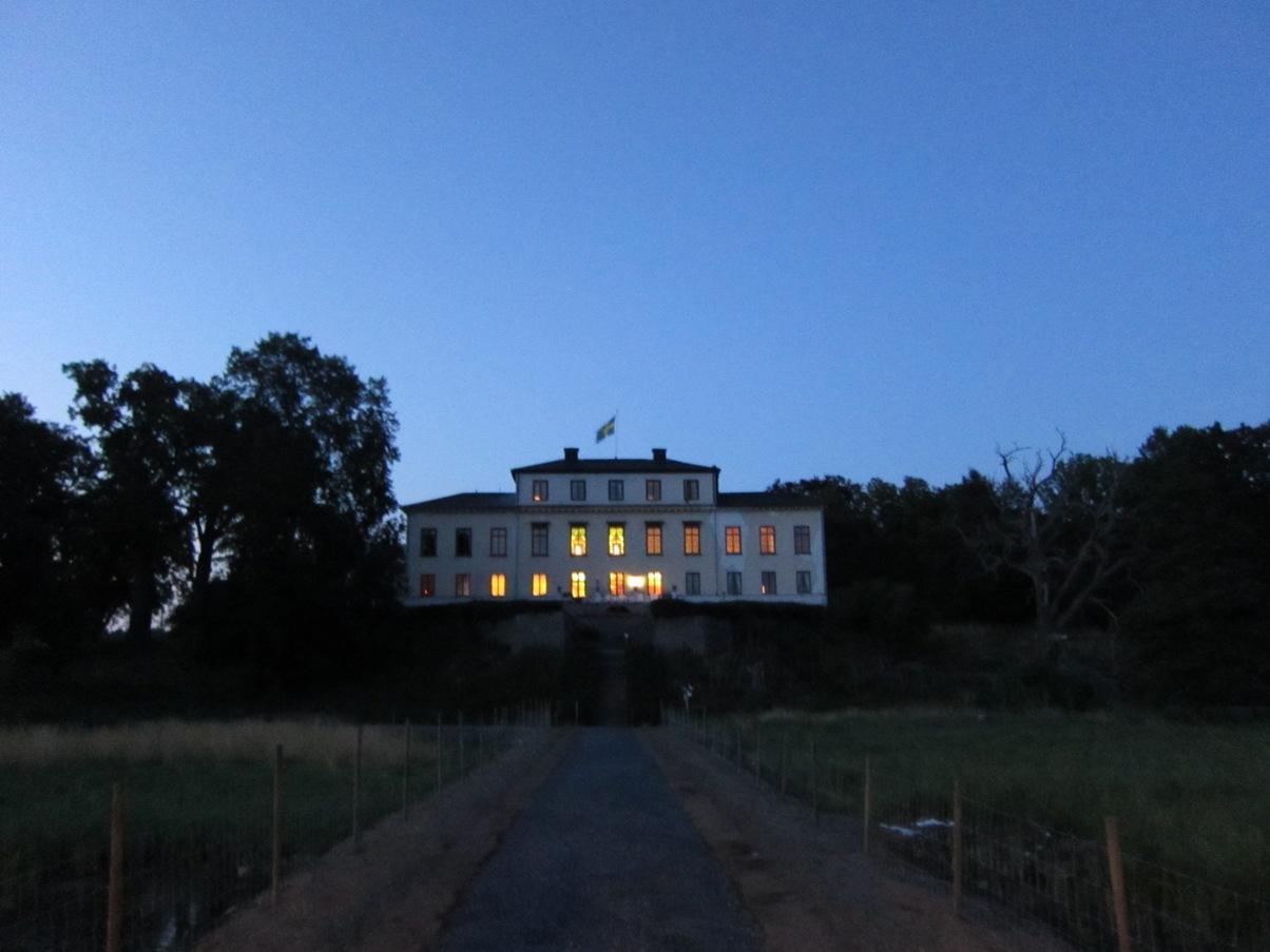 Slottet sett från sjöpaviljongen, på sommarnatten